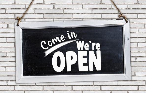 """Symbolbild """"Come in, we´re open"""""""